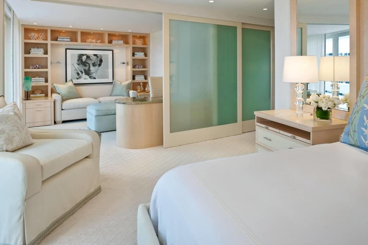 Zoning gardiner i soveområdet. Stue kombineret med soveværelse ...