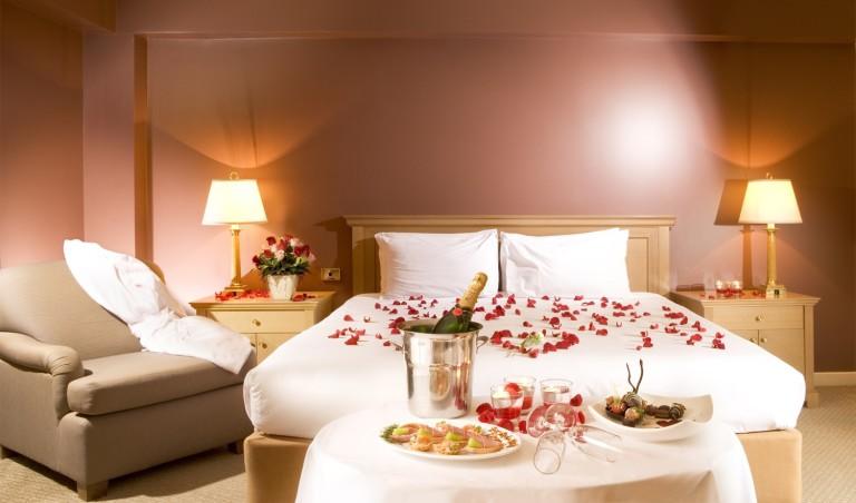 Camera Da Letto Romantica Con Candele : Come decorare romanticamente una stanza per una persona cara